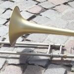 Cet instrument a été entièrement révisé et relaqué par notre atelier révisé et réargenté par notre atelier